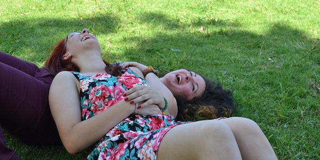 La risa ayuda a aliviar la tensión en el entorno