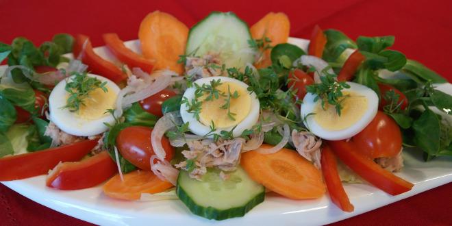 El huevo cocido es muy saludable, y se puede añadir fácilmente a una gran cantidad de platos.