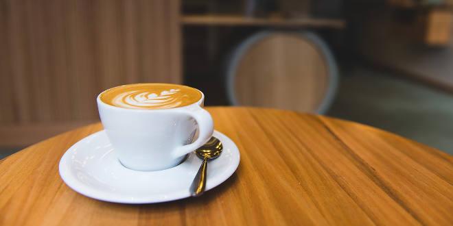 Tomar café diario podría mejorar la supervivencia en casos de cáncer de colon, según un estudio